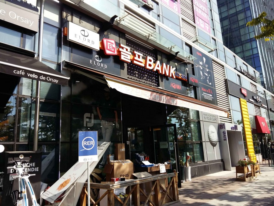 The Golf Bank Store, Located In The Sharp Central Park 2 Mall. During The President's Cup, More Customers Have Entered To Ask Questions, But Most Have Left Without Buying Anything. Photo By Yoo Bin Cho