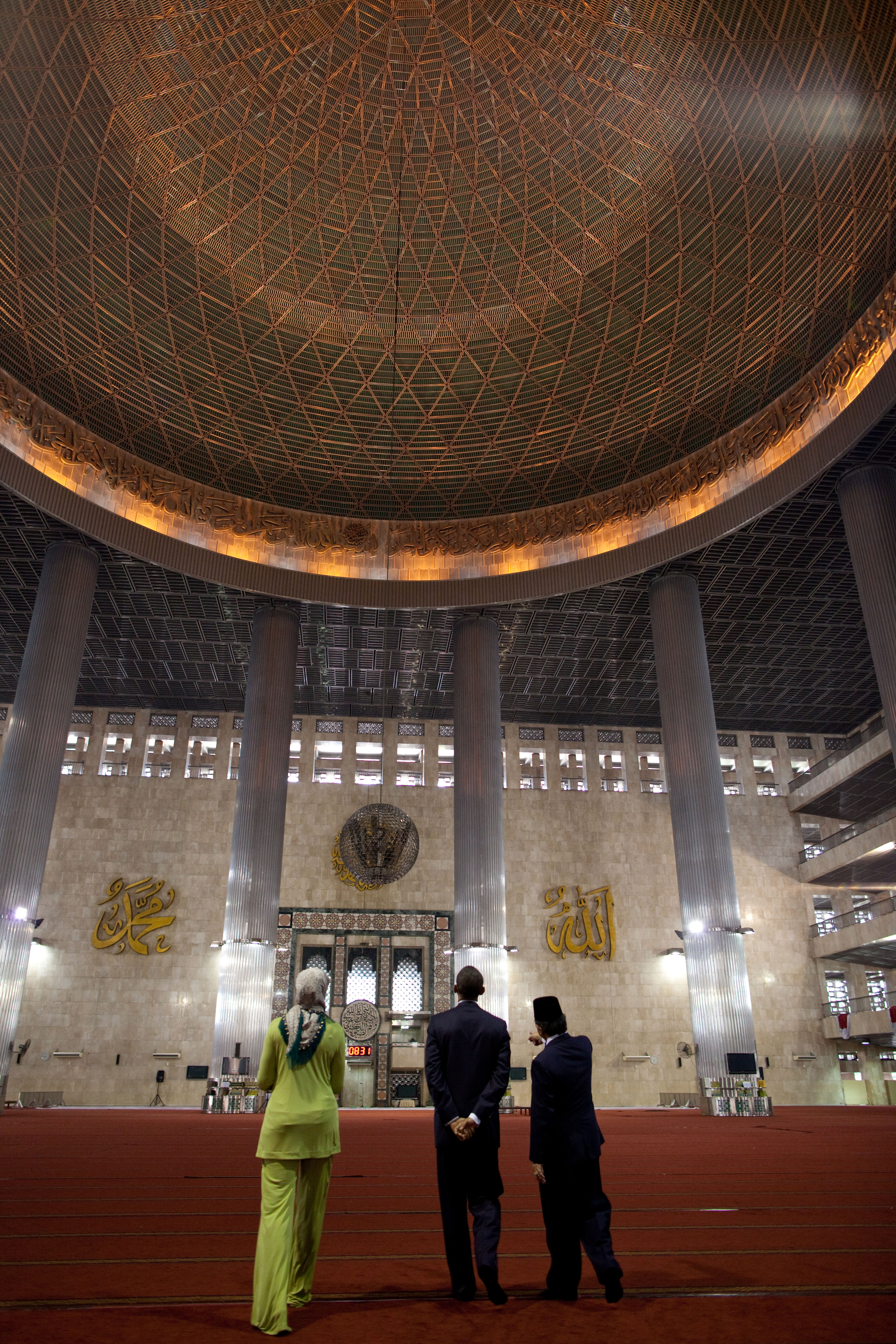 President Barack Obama And First Lady Michelle Obama Visit The Main Prayer Hall During A Tour Of The Istiqlal Mosque With Grand Imam Ali Mustafa Yaqub In Jakarta, Indonesia, Nov. 10, 2010. White House Photo By Pete Souza/U.S. Government Work.